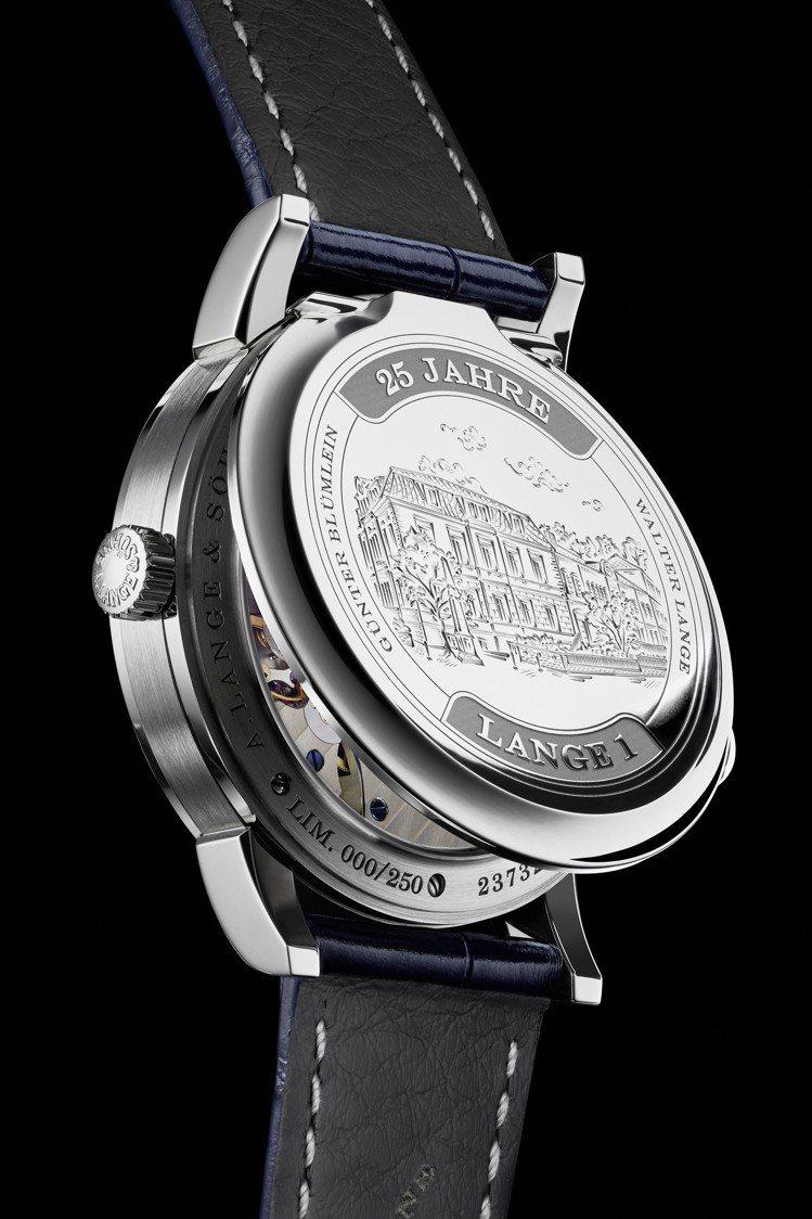 Lange 1系列25周年紀念腕表,最特別的就是底蓋可後掀的配置,十分罕見。圖/...
