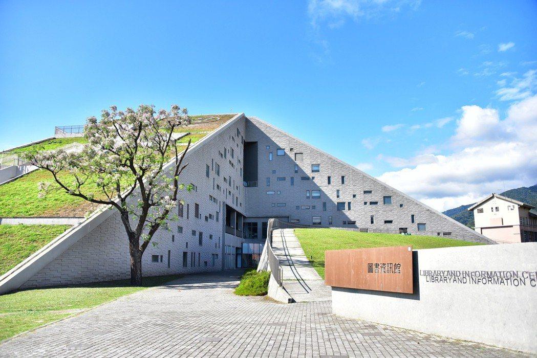 知名綠建築東大圖書資訊館,不只是台灣十大非去不可的圖書館,更名列世界八美圖書館之...