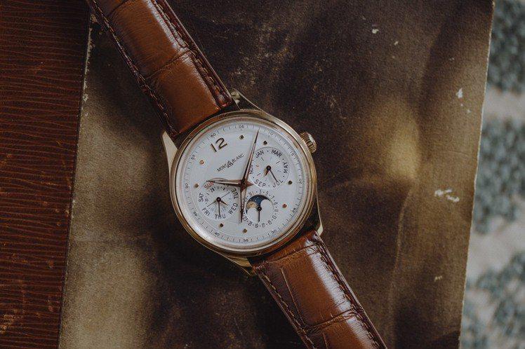 萬寶龍Heritage傳承系列萬年曆腕表,18K玫瑰金表殼搭銀白色微拱形表盤,限...