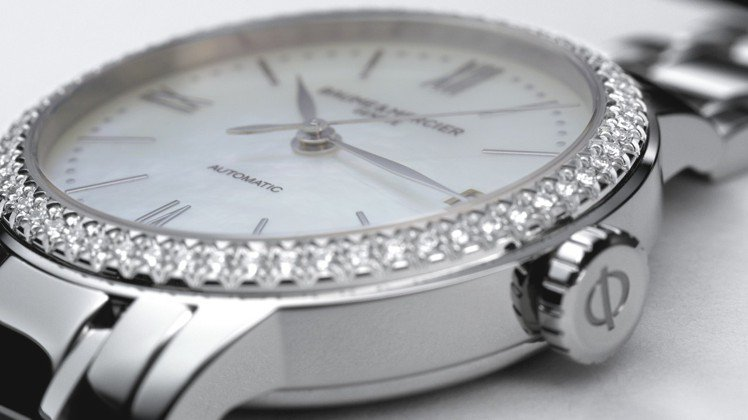 Classima系列女表,今年增加了搭配珍珠母貝表盤和鑲鑽表圈的奢華款式,展現極...
