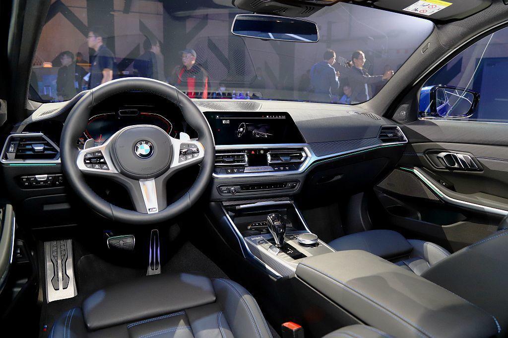 BMW 330i M Sport座椅採Alcantara麂皮/Sensatec皮...