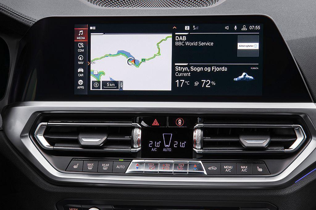 全新BMW 3系列搭載最先進的BMW iDrive 7.0新世代全數位虛擬座艙,...