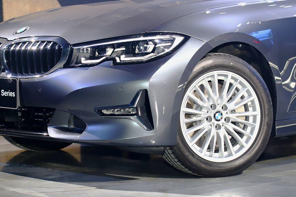 BMW 330i Luxury風格套件前保險桿左、右兩側鑲上T字造型側下氣壩,展...