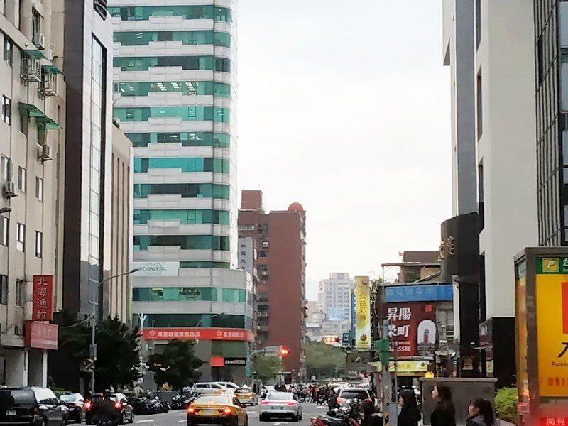 雖然天氣已經轉晴,但仍要注意空汙、低溫等問題。(photo by 張朝瑋/台灣醒...
