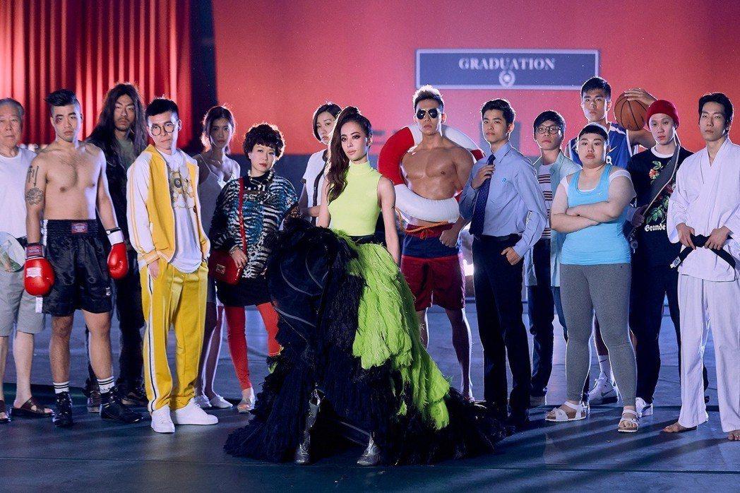 蔡依林為新歌「消極掰」換上華服,還找來來14位臨時演員。圖/索尼音樂提供