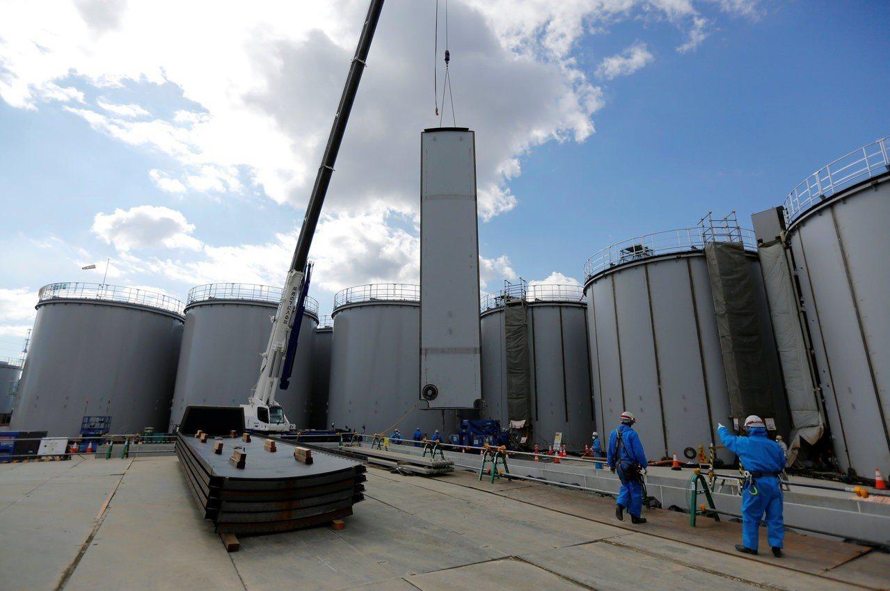 福島核電廠興建大量的汙染水儲存糟。路透