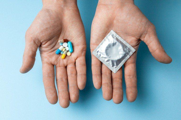 台灣愛滋病學會提出「保險套內服外用」防治愛滋新概念,希望「吃的保險套(PrEP)...