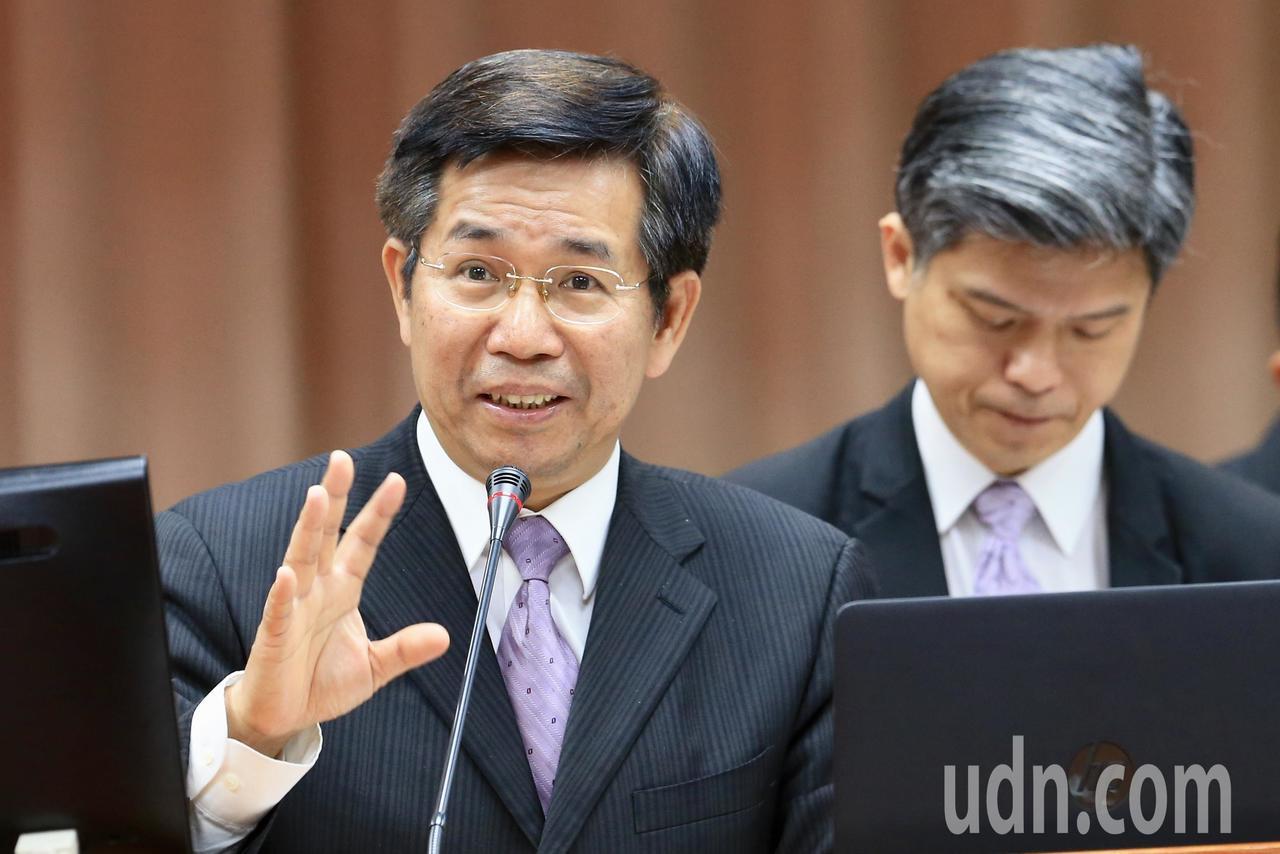教育部長潘文忠(左)上午出席立法院備質詢。記者林伯東/攝影