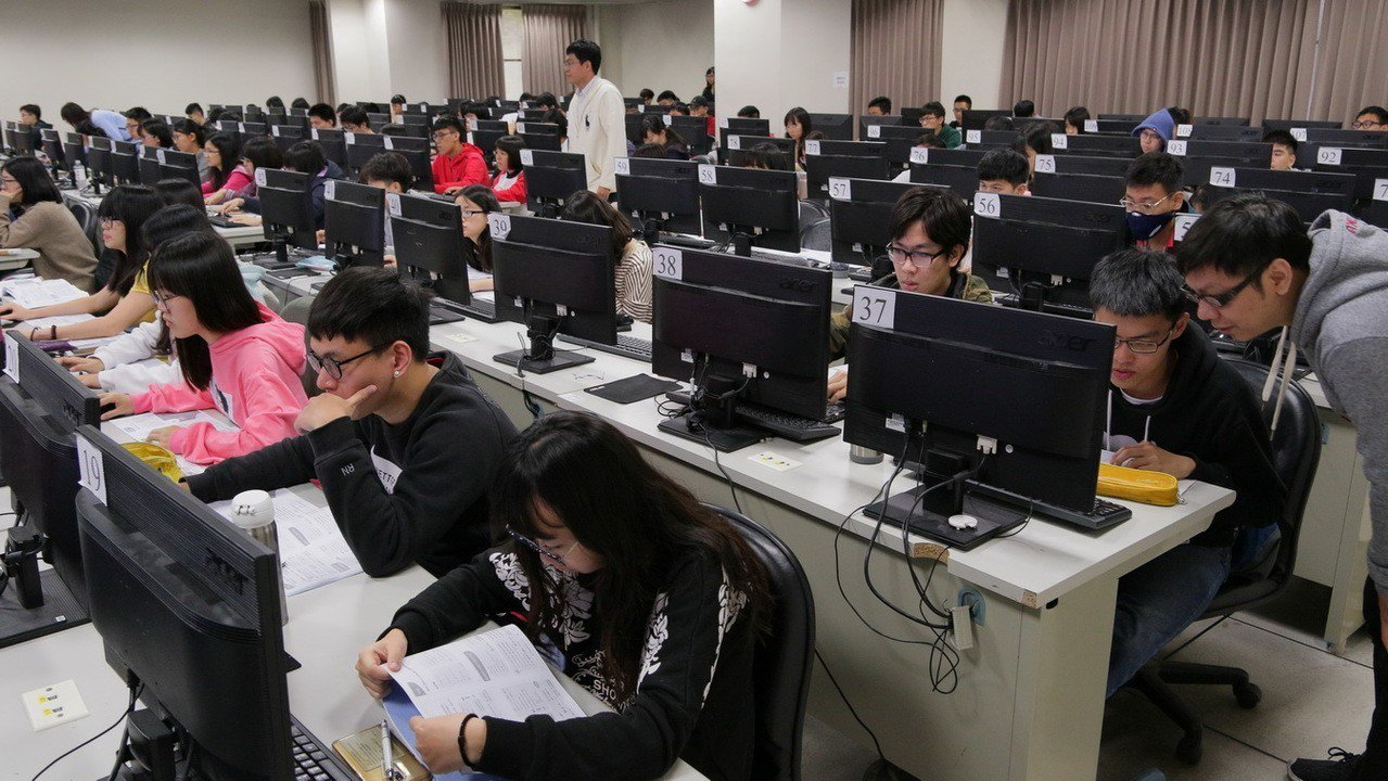 成大電機資訊學院副院長陳培殷開設AI課程廣受歡迎,課堂上座無虛席。圖/成大提供