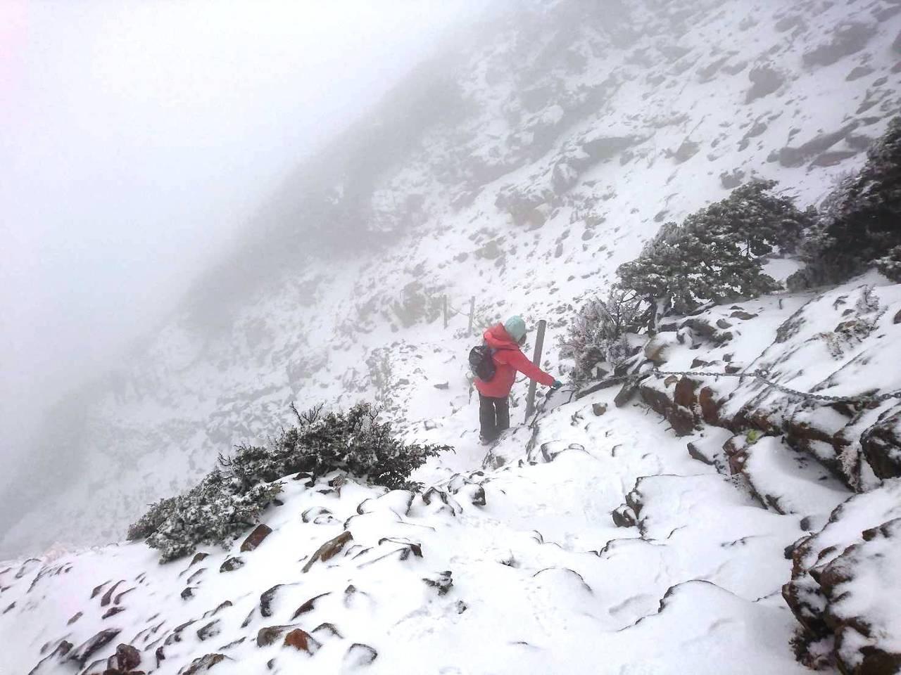 玉山步道風口處今天積雪已達5公分,玉管處呼籲遊客最近登玉山要注意保暖,路況積雪結...
