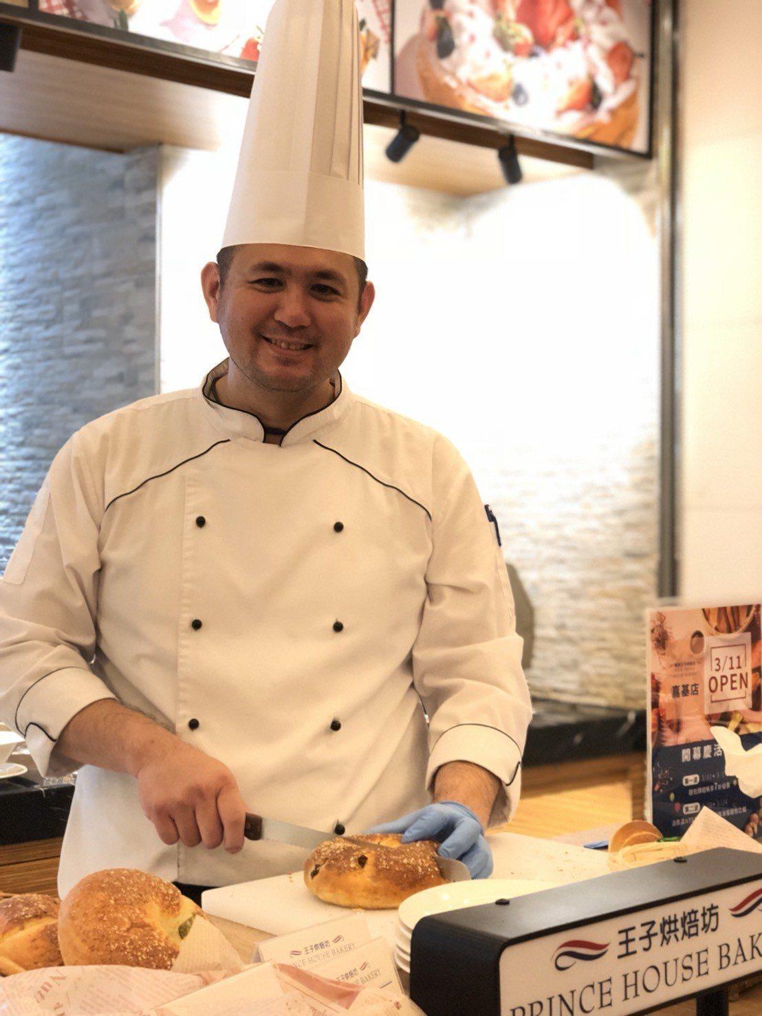 嘉義耐斯王子飯店烘焙坊主廚李國賓,去年曾到日本王子飯店交流,持續精進烘焙手藝。記...