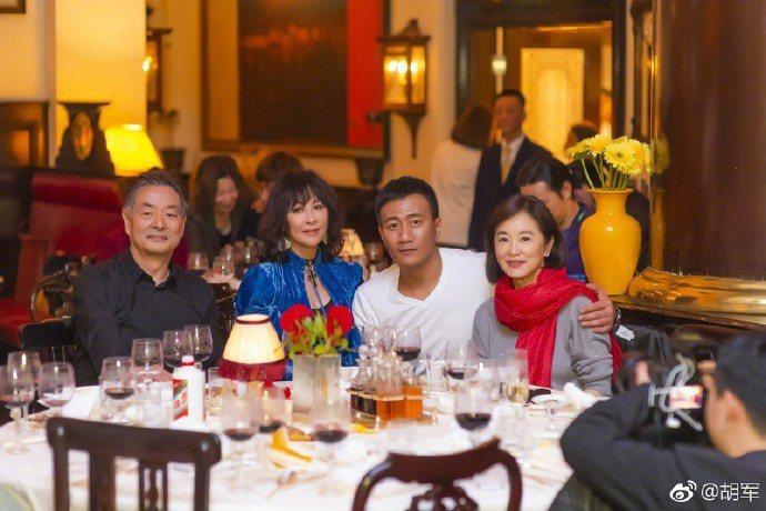 劉嘉玲(左二)和林青霞(右)出席胡軍(右二)主演話劇「哈姆雷特」的慶功派對。圖/...