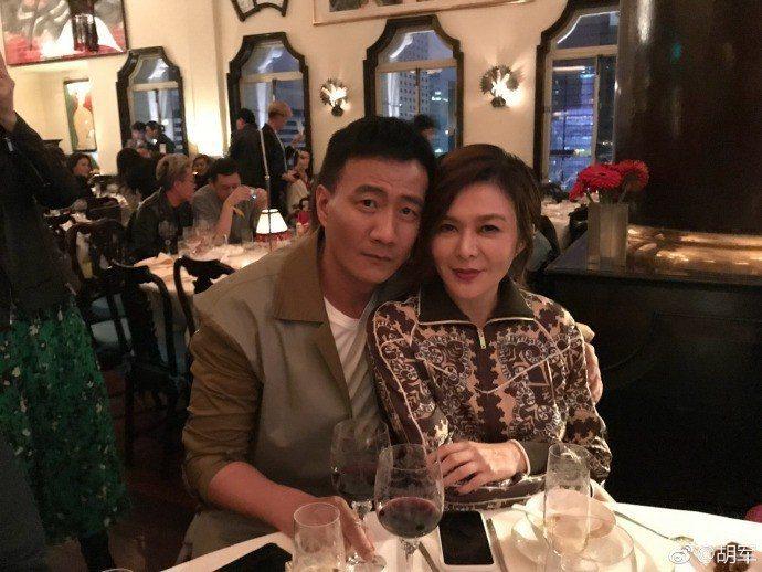 關之琳出席胡軍(左)主演話劇「哈姆雷特」的慶功派對。圖/摘自微博