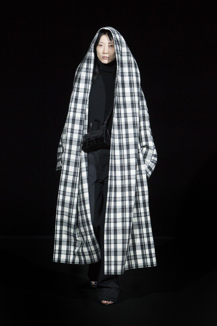 來自台灣的蕭堯,第一次參與巴黎時裝周就受到Balenciaga的青睞,成為獨家模...