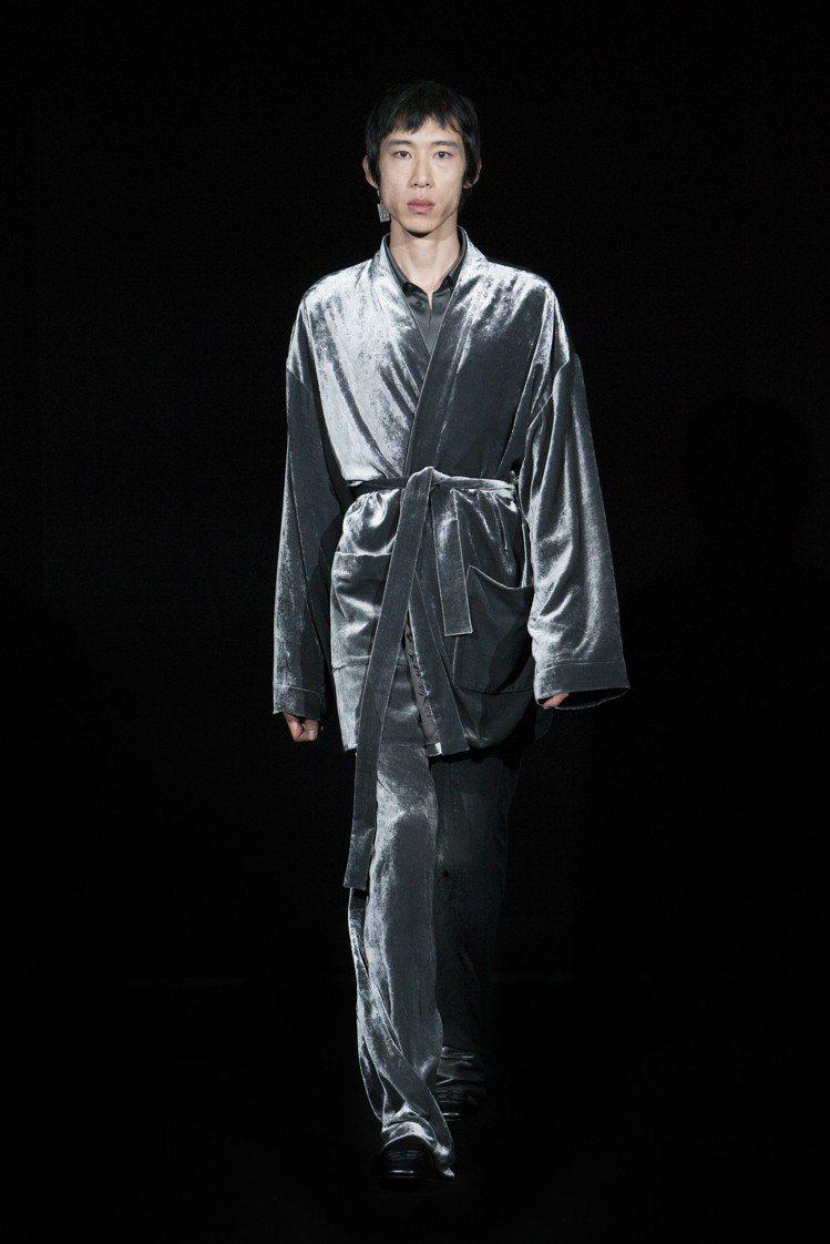 來自香港的梁柏霆,同樣也是香港第一位登上Balenciaga秀台的代表,在變成模...
