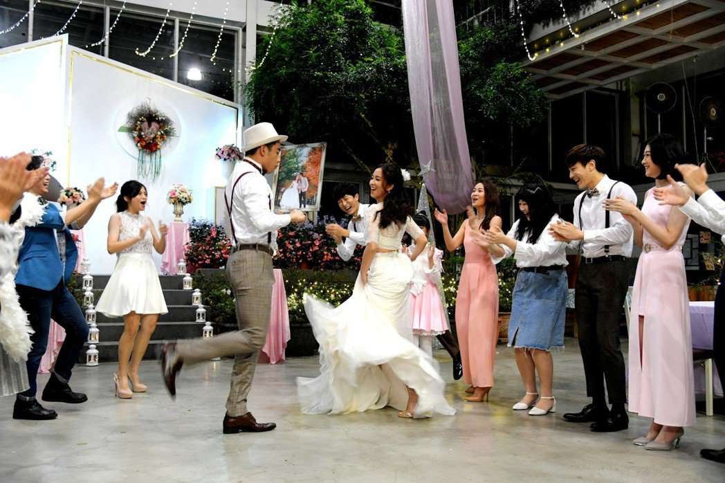 周孝安(左)與周曉涵在戲中婚禮共舞。圖/三立提供