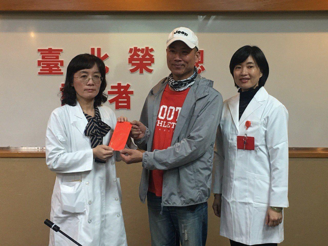 趙先生左腳遭鐵釘刺傷,傷口久未癒,經查發現是感染「偶然分枝桿菌」。從左至右為北榮...