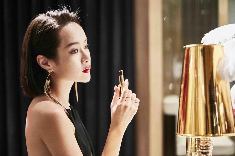 雅詩蘭黛奢華慾望訂製唇膏,顏色飽滿霸氣,被稱為女王唇膏。圖/雅詩蘭黛提供