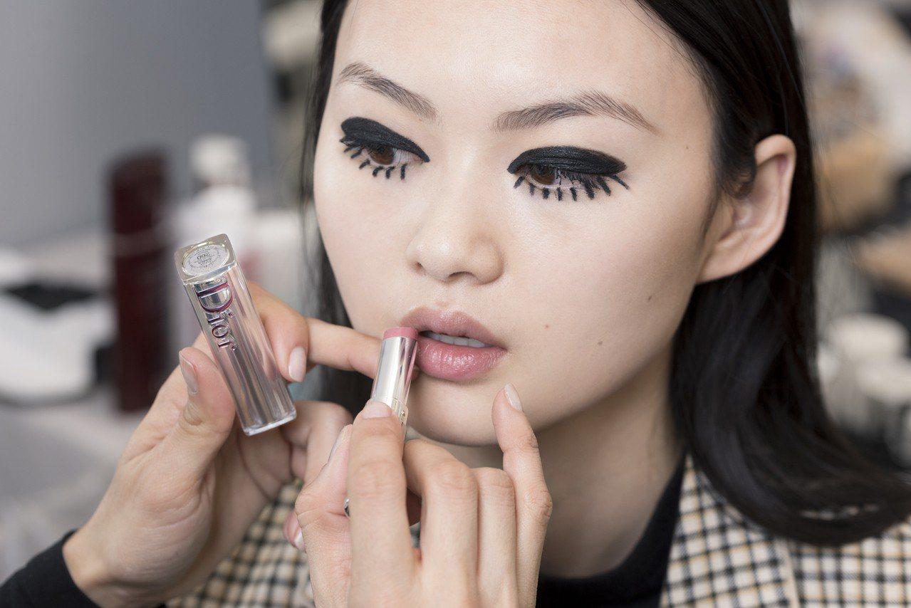 Dior癮誘超模巨星唇膏#260,裸茶玫瑰成為當紅顏色。圖/Dior提供
