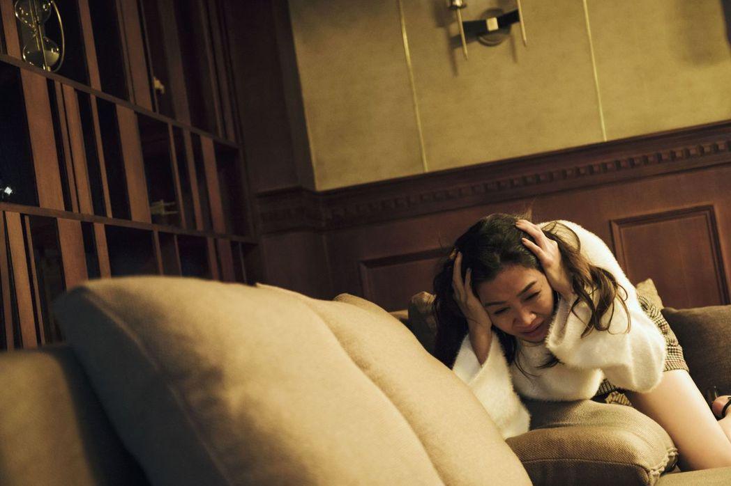 謝盈萱劇中飾演的角色余秀淇發現人格分裂,哭到癱軟。圖/公視提供