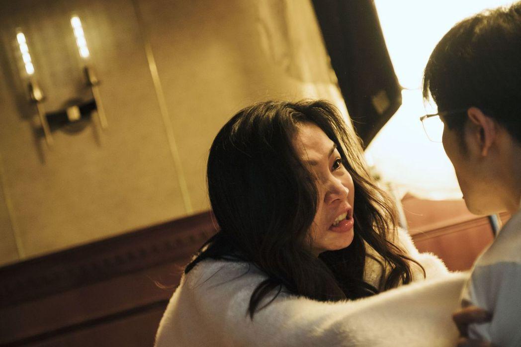謝盈萱在沈金發與余秀淇人格來回轉換,嚇傻網友。圖/公視提供