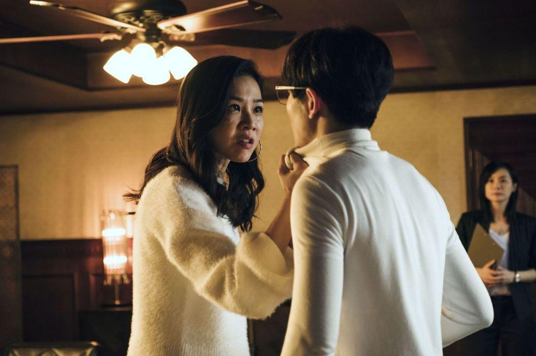 蕭敬騰(右)在劇中點出謝盈萱並非被鬼附身,而精神重創引發多重人格分裂。圖/公視提...