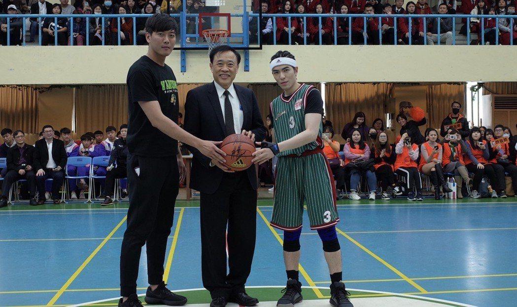 蕭敬騰(右起)、萬能科大校長莊暢主持開球典禮。圖/萬能科大提供