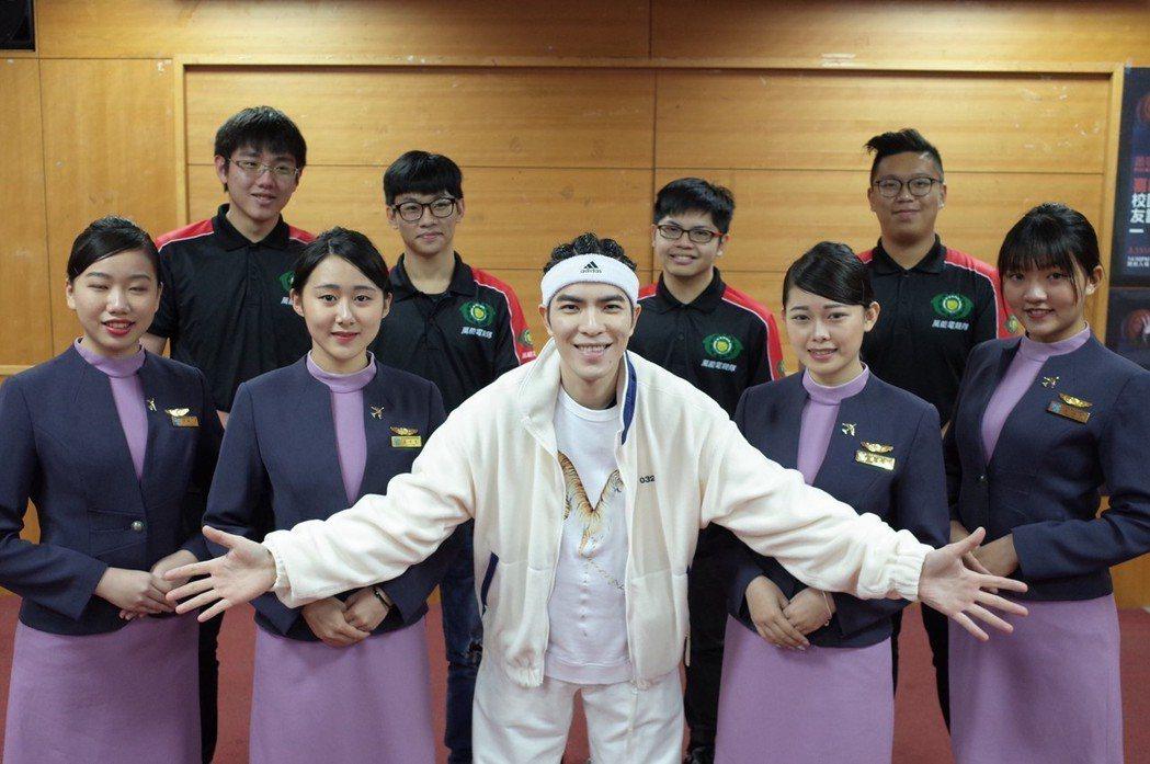 萬能科大學生也和蕭敬騰合影。圖/萬能科大提供