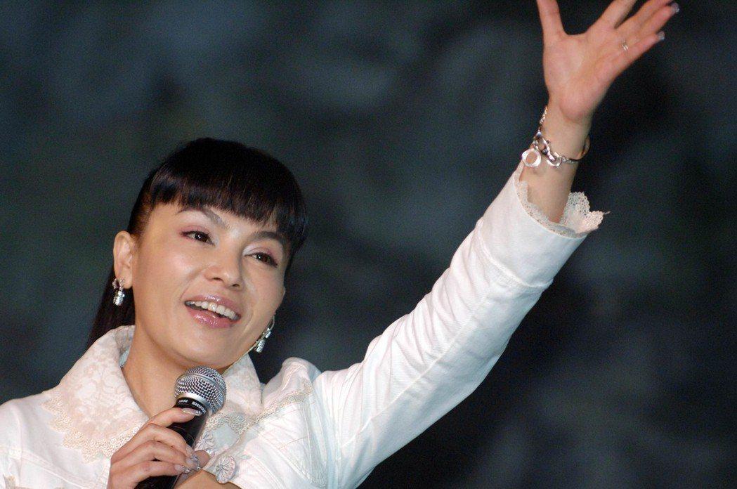2006年,千百惠曾獻歌給深圳民俗文化村。圖╱摘自香港中通社