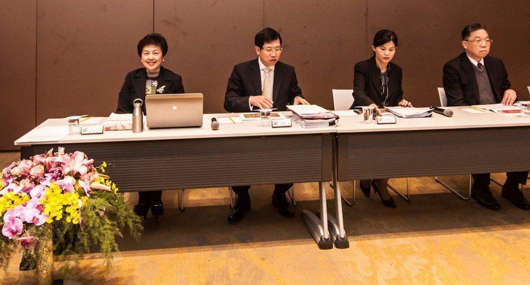 華南金控舉行法人說明會,由總經理羅寶珠(左1)主持。圖/華南金提供