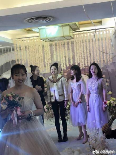 古力娜札出席閨蜜婚禮,準備接新娘捧花。圖/摘自微博