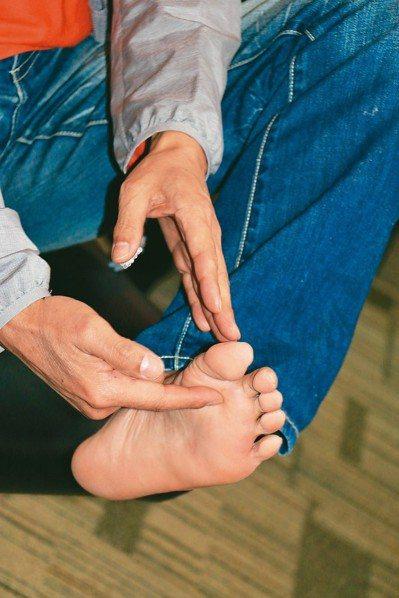 從事室內設計工作的55歲趙先生在工地監工時,遭鐵釘刺穿安全鞋,造成左腳掌刺傷感染...