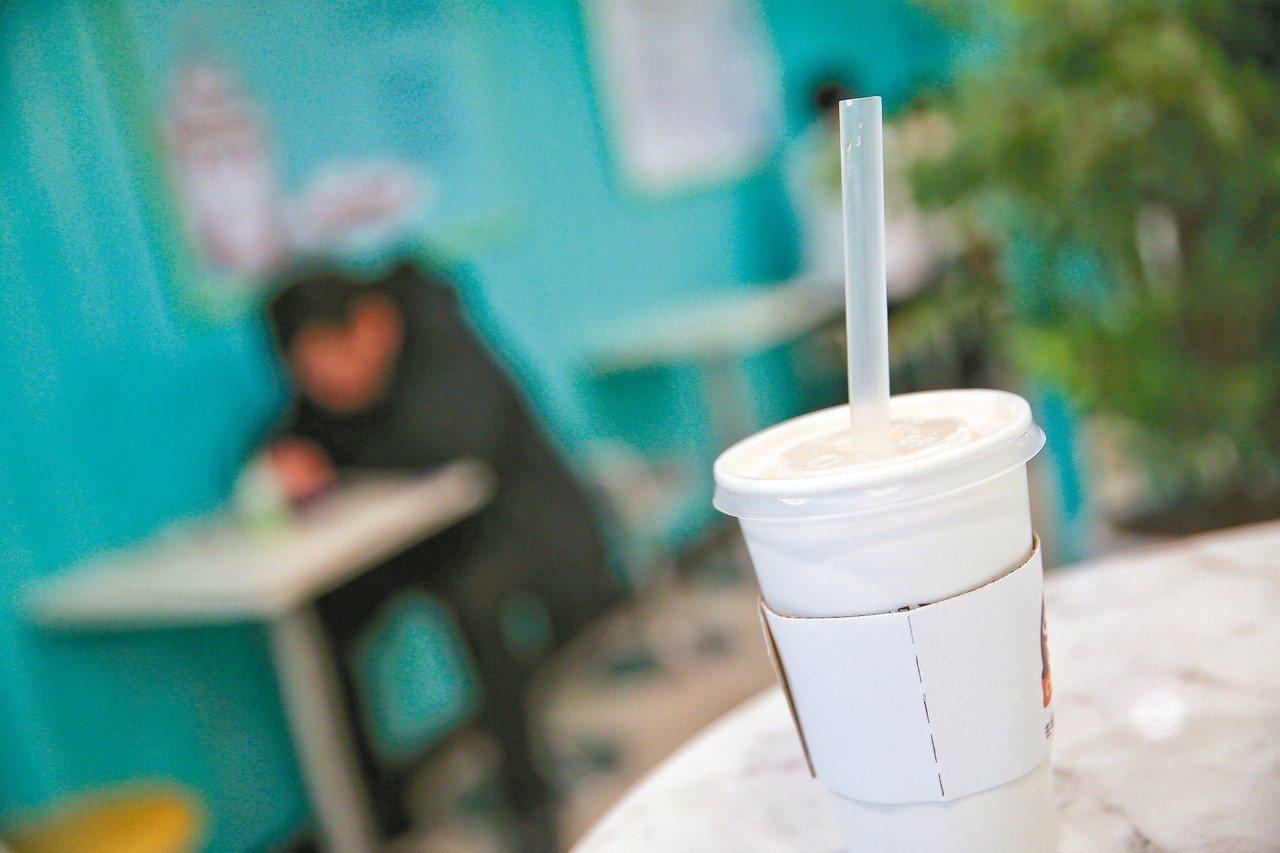 吸管新政七月上路,業者禁止提供內用者塑膠吸管,違者最高罰6000元。 記者林伯東...