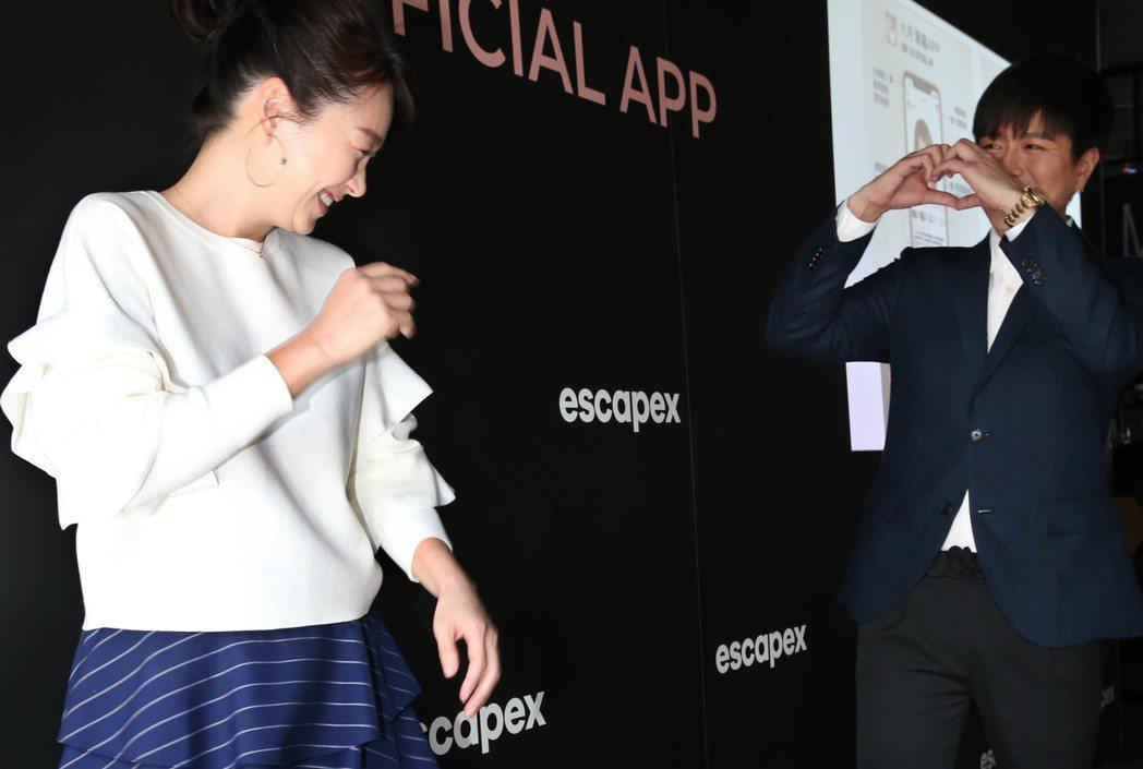 六月、李易夫妻 出席專屬APP 窺探藝人私生活社群平台記者會,兩人鬥嘴威脅,互動...