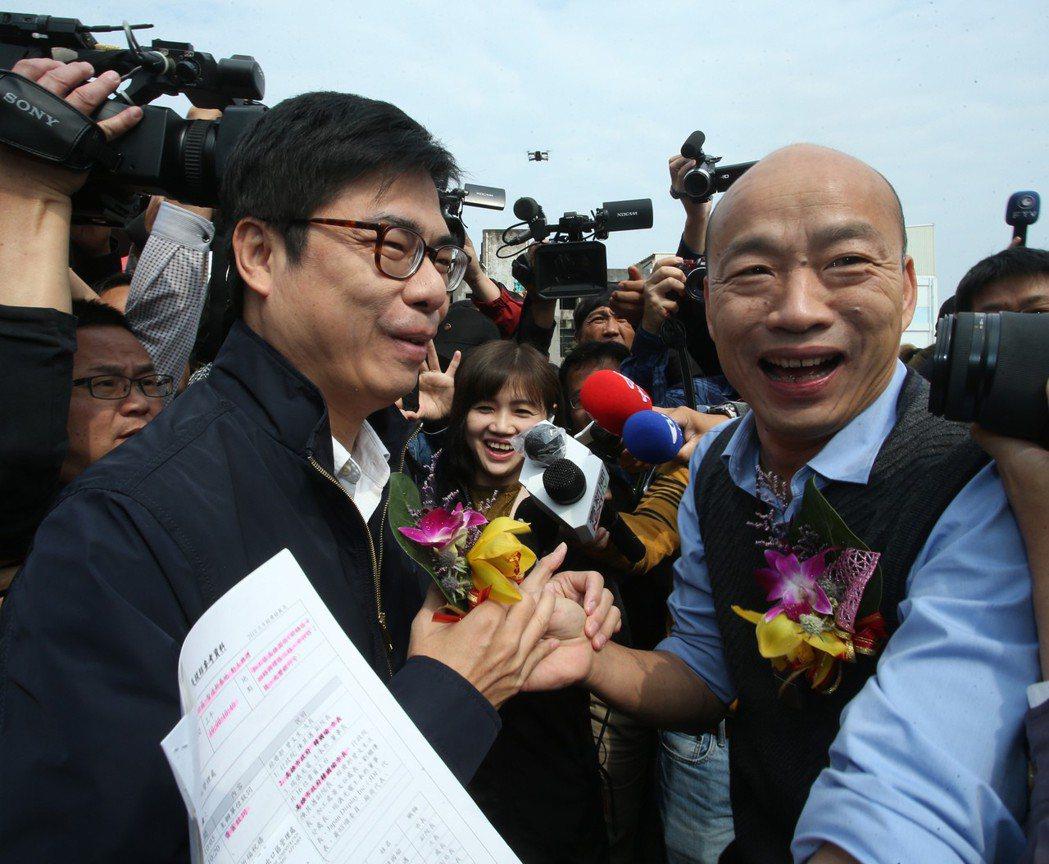 高雄市長韓國瑜(右)提議重啟自由經濟示範區,遭民進黨齊聲反對,張善政表示,「當年...