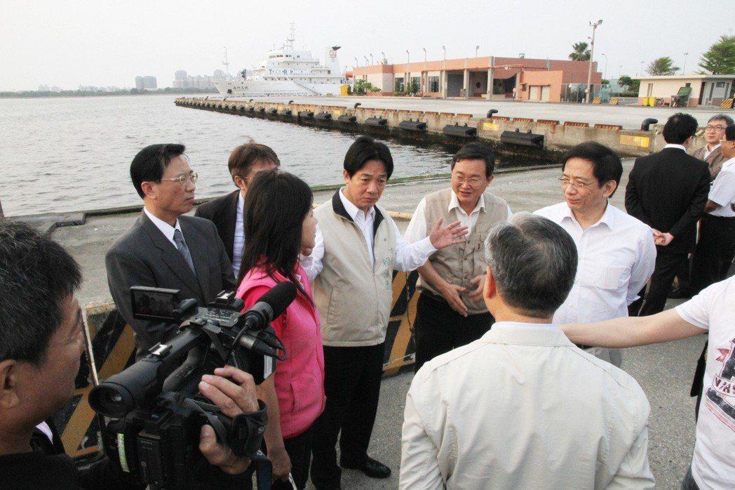 2013年時任經建會主委的管中閔(右1)視察安平港,台南市長賴清德(中)爭取將安...