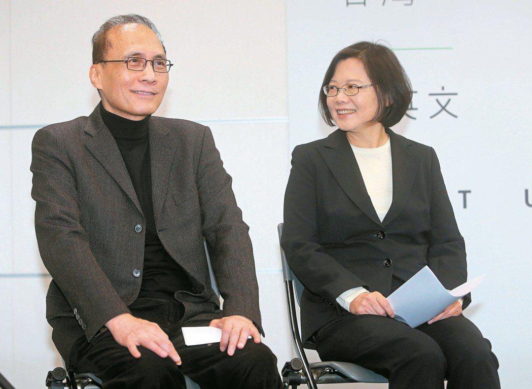 2016年5月,民進黨總統當選人蔡英文(右)宣布由林全(左)出任閣揆,一度被喻為...