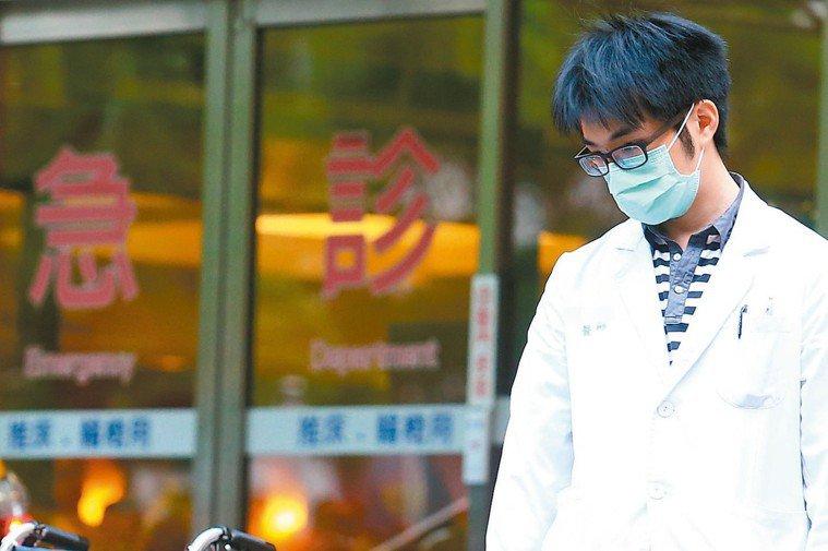 勞動部經與衛福部討論後,公告住院醫師9月起納勞基法。屬於公立醫院具公務人員資格的...
