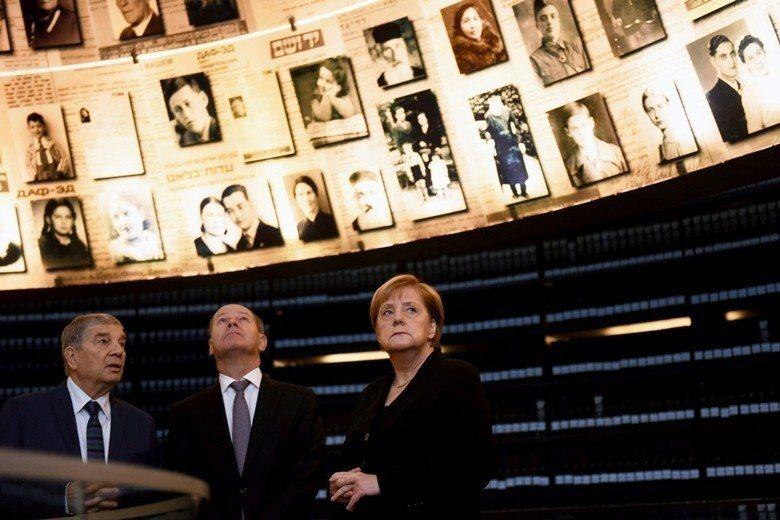 德國總理梅克爾參訪以色列大屠殺紀念館。 圖/路透社