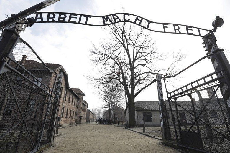 囚禁猶太人的波蘭奧斯威辛集中營,大門鑲著抖大的諷刺標語:「勞動帶來自由」(Arbeit macht frei) 圖/美聯社