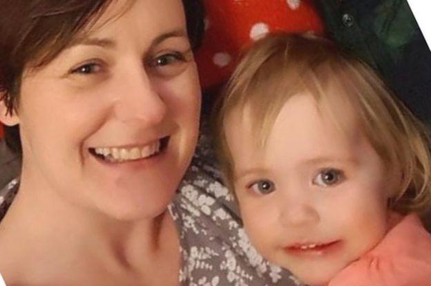 凱莉(左)和女兒梅根。圖取自BBC