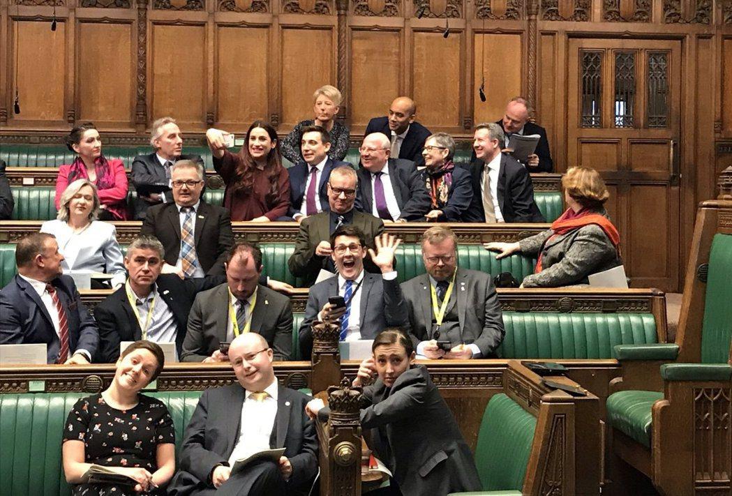 在英國選民體認到這個機制已經不合時宜以前,小黨派的第三勢力能成功殺入主流政治戰場...