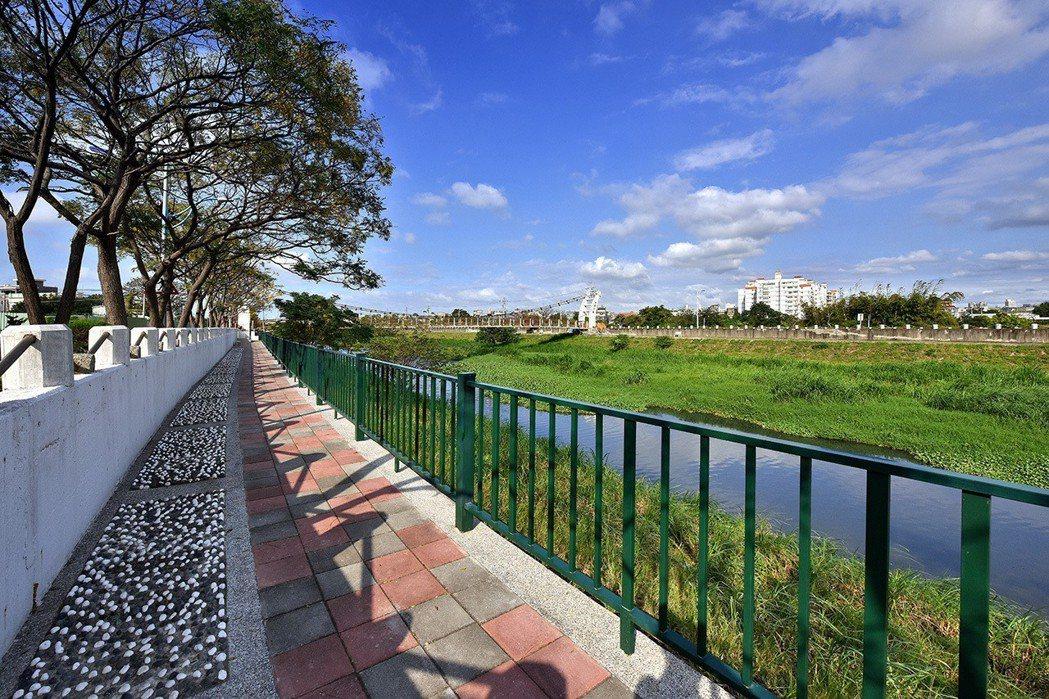 新竹客雅溪經過整治後,景觀大大提升,未來清大四季住戶在家就能享受河岸景觀。 清大...