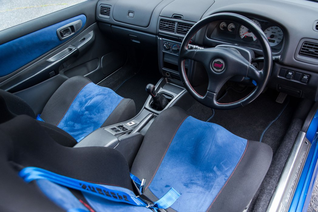 Impreza 22B STI內裝配備有Recaro賽車椅。 摘自Yahoo.jp