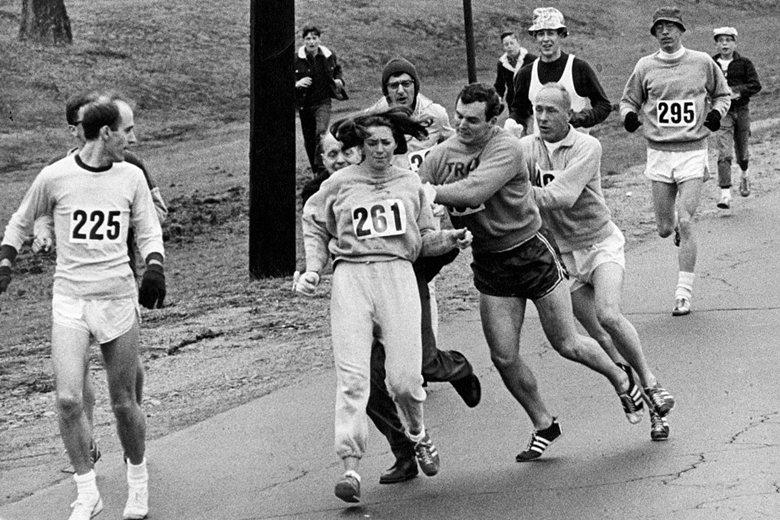 世界第一位正式參與馬拉松的女性kathrine switzer,在參賽過程中遭人阻止。 圖/美聯社