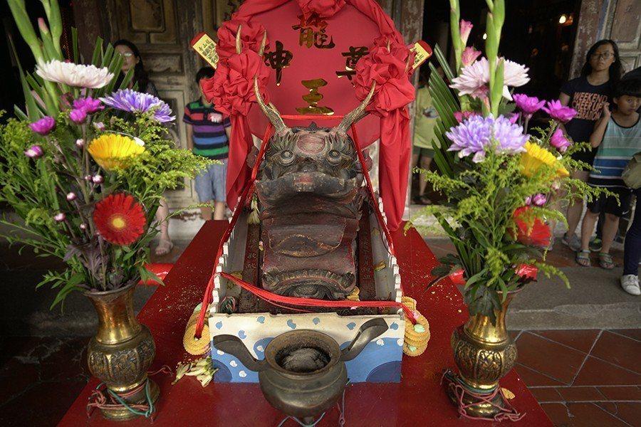 龍王尊神信仰雖在,龍王祭卻不是將龍王尊王放首要地位,而是次要的龍舟鑑禮官。 圖/作者自攝