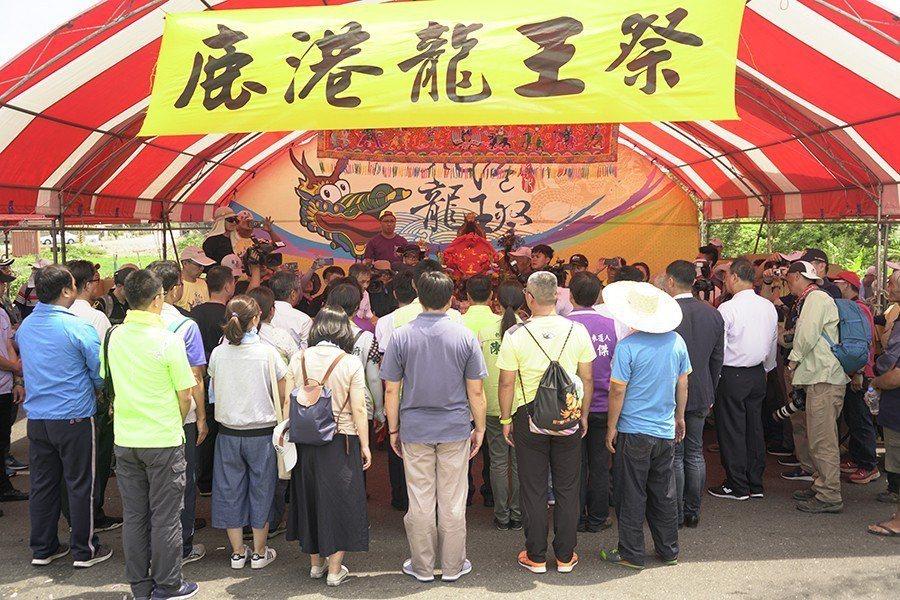 龍王祭現場寥落,參與祭典者大多是政府官員或動員來的相關人員。 圖/作者自攝