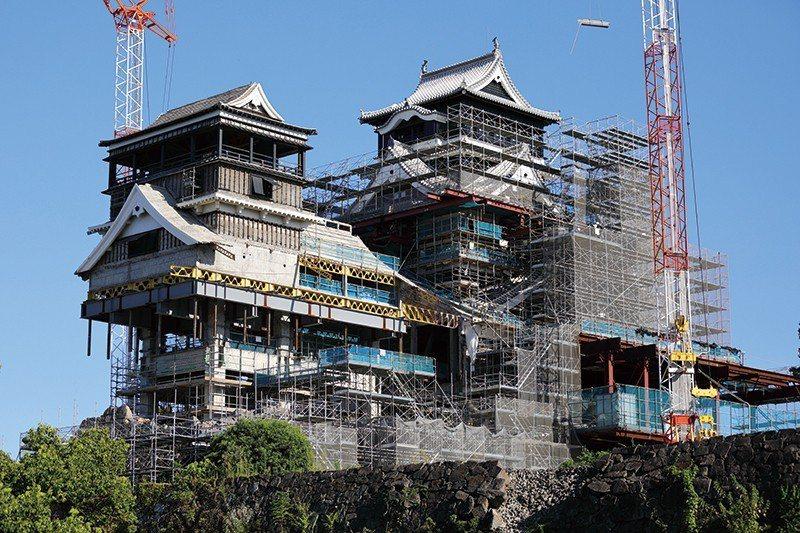 修復中的名城,宛如機器人的外型在 IG 掀起話題!築城至今 400 餘年的熊本城...