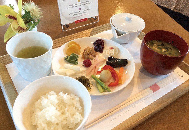 醃菜搭配熊本名米Hinohikari白飯及當日特色炊飯或散壽司一同享用,最後還能...