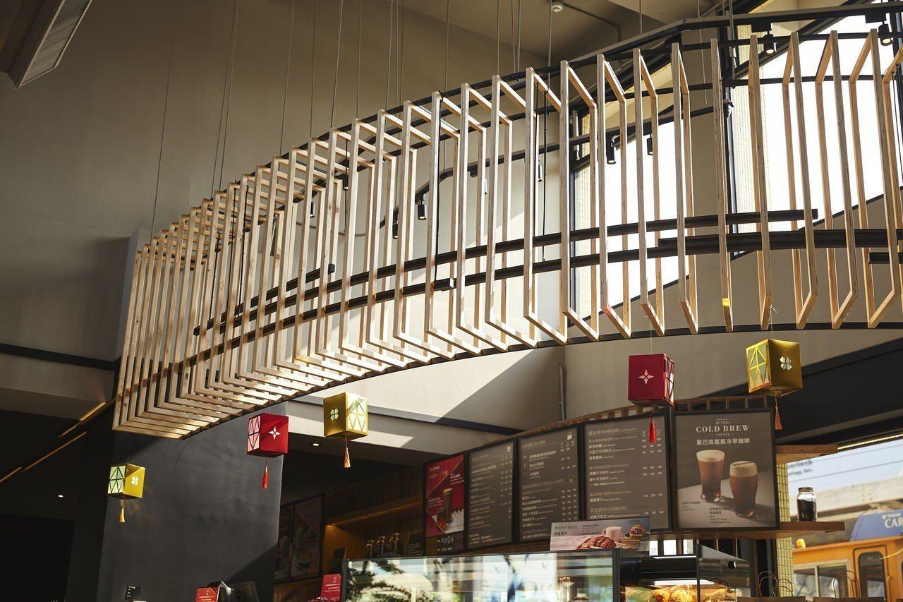 星巴克新豐門市櫃檯上方的天花造型。圖片提供/星巴克